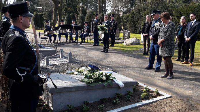 Burgemeester Wobine Buijs en brigadegeneraal Vincent Egbers van de Koninklijke Marechaussee bij de gerestaureerde grafsteen van Geerard Hoekman in Oss.