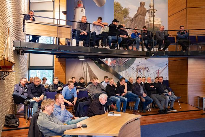 Vissers maandagochtend bijeen in de raadzaal van Urk. Ze beraden zich op acties om een verbod op de pulsvisserij te voorkomen.