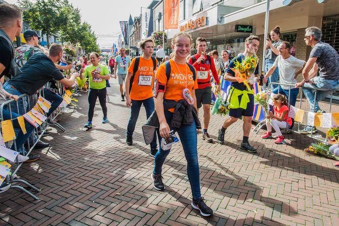 Sophie van Boxtel en Lars van Dongen als eerste Midi's  over de finish tijd rond 11.52  uur.