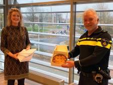 Burgemeester Melissant geeft alle Gorcumse politiemensen een appeltaart cadeau