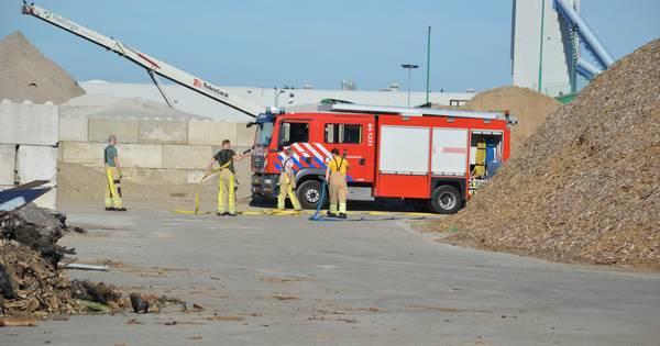 Brandweer rukt uit voor broei bij afvalverwerker Steenwijk.