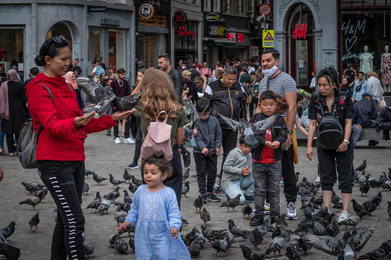 Amsterdam, 12 juli 2020. In het centrum van Amsterdam is het weer druk. Het lijkt alsof de coronapandemie vergeten is.  Beeld Dingena Mol