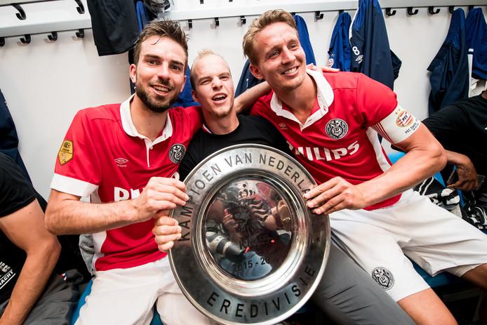 Luuk de Jong met de kampioenschaal na het succesvolle seizoen 2015/16.