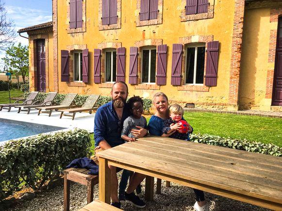 Vier dagen logeerde het gezin van Raf Loyen en Suzanne Gaens met hun twee kinderen in de voormalige dorpsschool. Ze waren meteen verkocht en zullen daar straks een B&B uitbaten.