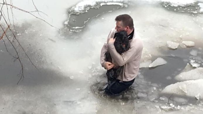 Don Chatten met de hond, vlak na de reddingsactie.