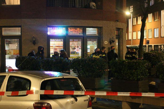 De politie viel vanavond een koffiehuis aan de Hoefkade binnen.