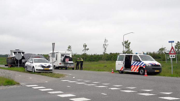 Politiecontrole bij toegangsweg tot Marina Beach langs de N61, Hoek-Biervliet.