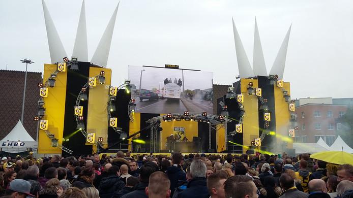 Feest op de Markt in Arnhem in aanloop naar de huldiging van bekerwinnaar Vitesse.
