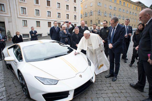 De paus kreeg de Lamborghini in 2017 en zette er prompt zijn handtekening op.