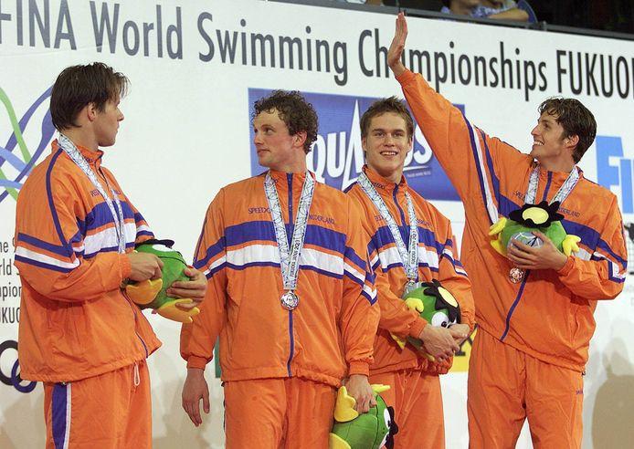 Klaas Erik Zwering (tweede van links) na het WK-zilver met Mark Veens (l), Johan Kenkhuis en Pieter van den Hoogenband (r).