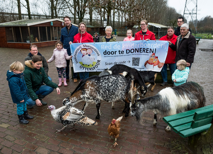 Kinderboerderij Otterspoor verkeert in geldnood. Voorzitter Annemarieke Ankersmit (vierde van rechts) heeft daarom een actie opgezet.