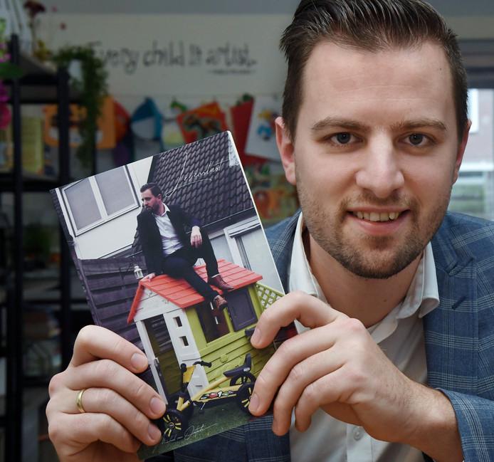 Michael van Oostende met zijn nieuwe boek.