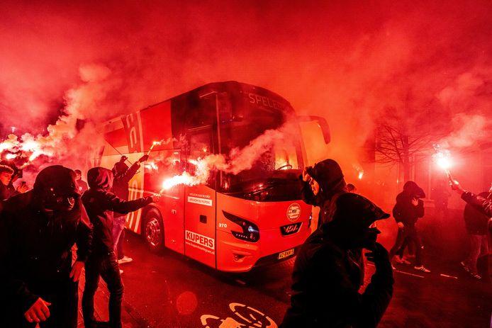 PSV-supporters hebben binnen een paar uur al met duizenden hun seizoenkaart verlengd.