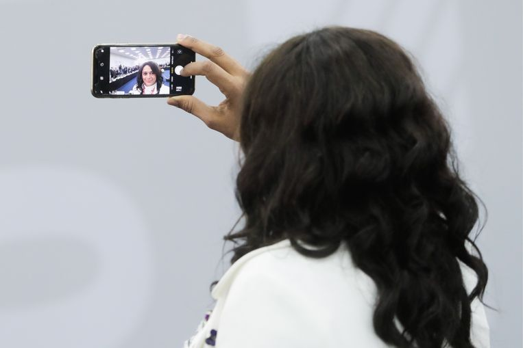 Isabel Dos Santos voor een ontmoeting van topbestuurders van buitenlandse bedrijven met de Russische president Poetin tijdens het International Economic Forum in juni 2019.  Beeld Mikhail Metzel / Tas