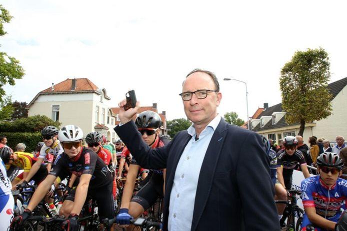 Wethouder Theo Geldens leverde vorig jaar het startschot voor de eerste editie van de Omloop van Valkenswaard.