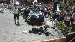 Auto rijdt in op publiek aan Copacabana in Rio: baby overleden, zeker 15 gewonden
