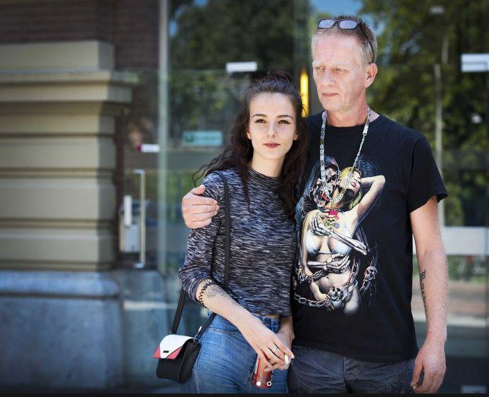 Vader Martin Huisman en zus Rochelle in 2017 bij de rechtbank voorafgaand aan de zitting destijds over de mogelijke tbs-beëindiging van moordenaar Mike J. op Rowena Rikkers, beter bekend als het Meisje van Nulde.