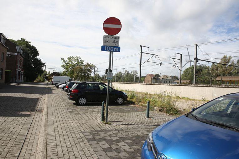 De NMBS wil het aantal parkeerplaatsen aan het station van Buizingen verdubbelen.
