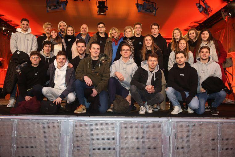 De vrienden van Jasper Van Puymbroeck mochten als eersten hun cheque afgeven tijdens de Warmste Week.