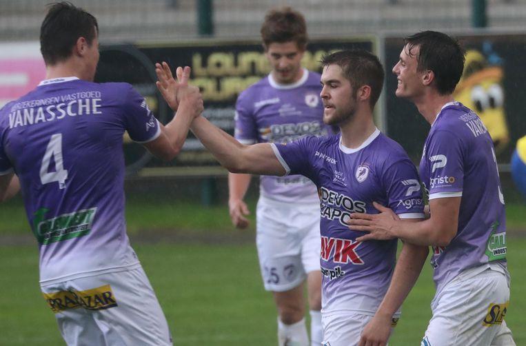 Ferenc Soenens (m.) krijgt felicitaties na een goal.