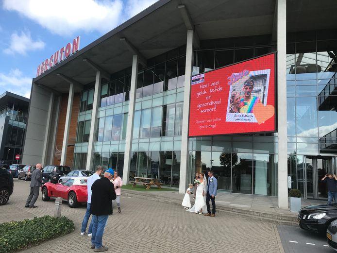 Het jarige Nieuwkuijkse bedrijf Hercuton biedt deze maand zijn led-scherm aan voor vrolijke boodschappen. Vandaag is het de beurt aan het bruidspaar Jannie en Martijn.