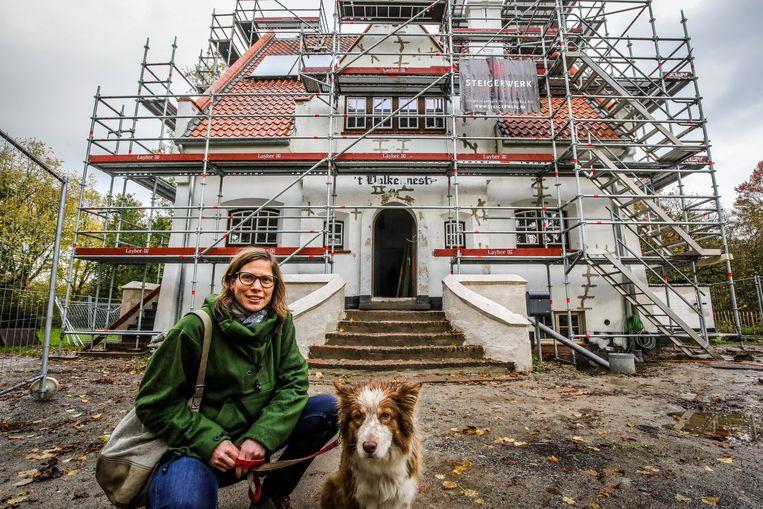 Annelies Lauwers en haar hond Holly trekken samen met zes mensen met een beperking in in villa 't Valkennest.