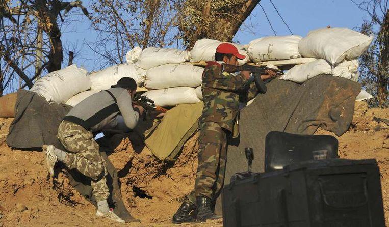Strijders van het Vrije Syrische Leger schieten op militanten van ISIS in Raqqa. Beeld null