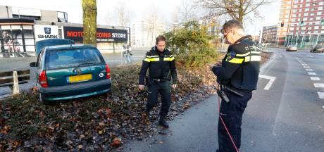 Bestuurder verliest controle over stuur en knalt tegen boom in Eindhoven, hondje in auto blijft ongedeerd
