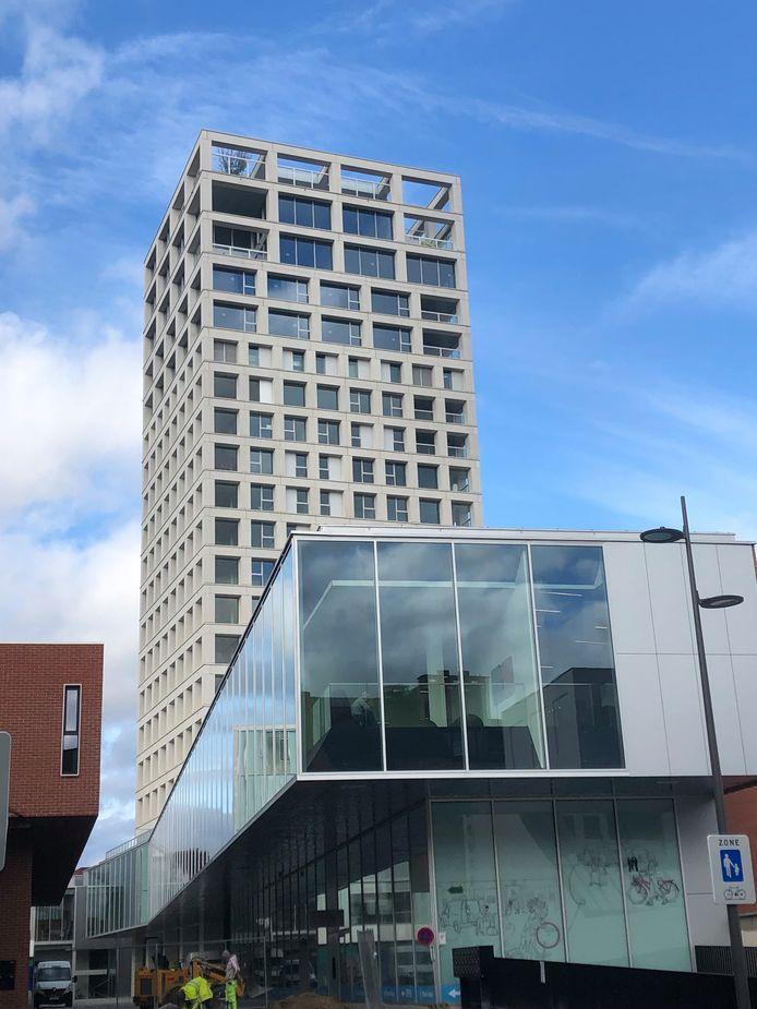 De woontoren mét restaurant op de achttiende verdieping domineert de Turnova-site.