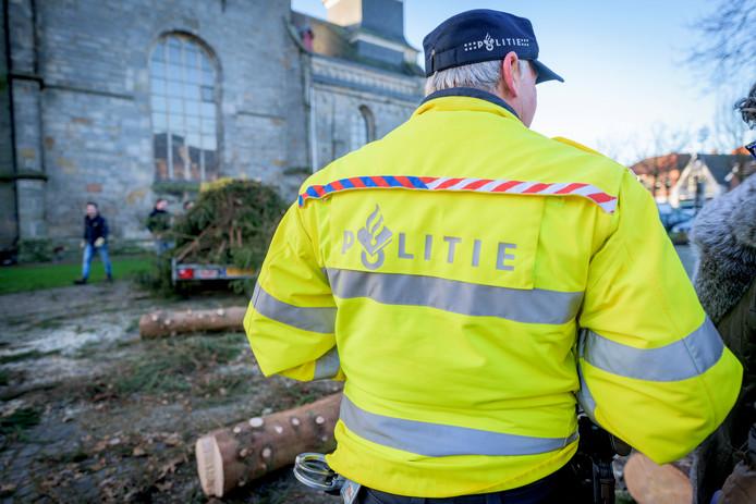 De vandalen ruimden de kerstboom woensdag op, onder toeziend oog van politieagent Marcel Nijland