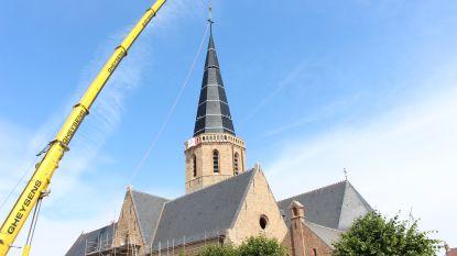 """VIDEO. Zes jaar na verwoestende brand heeft Sint-Niklaaskerk opnieuw een toren: """"Historische dag voor Westkapelle"""""""