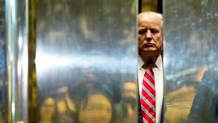 Donald Trump in de lift van de Trump PTower in New York City Beeld Dominick Reuter / AFP