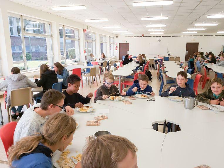 De vernieuwde zaal dient niet enkel als schoolrefter, maar ook voor co-teaching én voor het verenigingsleven.