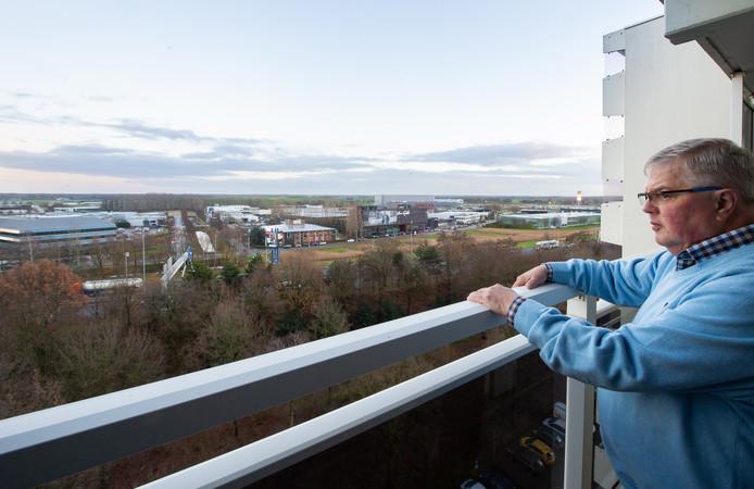 BREDA, Wijkraadvoorzitter Rien Brans kijkt vanaf de flat aan de Hoge Houw in Breda op de A27. Pix4Profs/René Schotanus