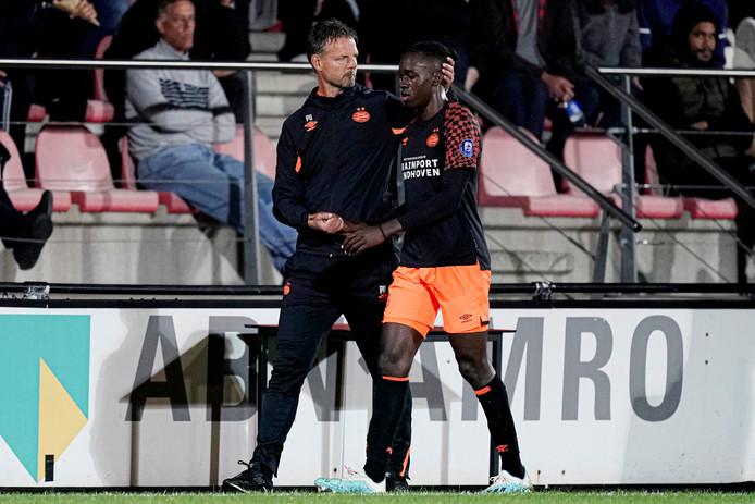 Peter Uneken en Jordan Teze. De rechtsback werd na een uur gewisseld, omdat hij deze week ook inzetbaar moet blijven bij het eerste elftal van PSV.