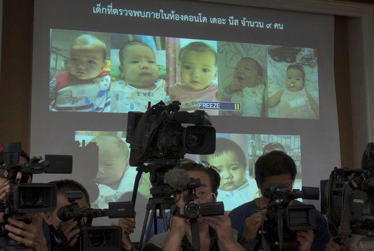 Een aantal van de kinderen van Mitsutoki Shigeta werden in 2014 door de Thaise politie getoond tijdens een persbriefing. De kinderen zijn nu vier en zijn toegewezen aan de vader. Beeld AP