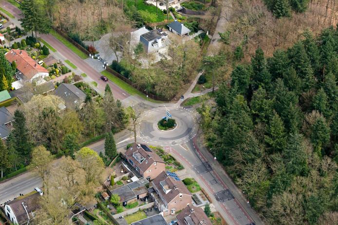 De bestaande rotonde op de kruising van de Garderenseweg en de Calcariaweg in Putten (met rechts het bos van Schovenhorst) is te klein en te gevaarlijk, vindt wethouder Roelof Koekkoek. Hij wil een veel grotere rotonde neerleggen, ongeveer honderd meter oostwaarts.