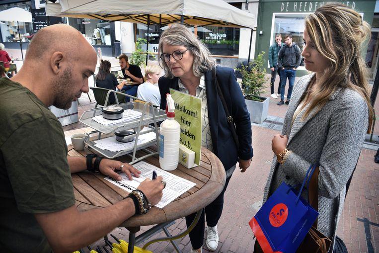 Gasten van restaurant De Blonde Pater in Nijmegen moeten zich eerst laten registreren voordat ze kunnen gaan zitten.  Beeld Marcel van den Bergh / de Volkskrant