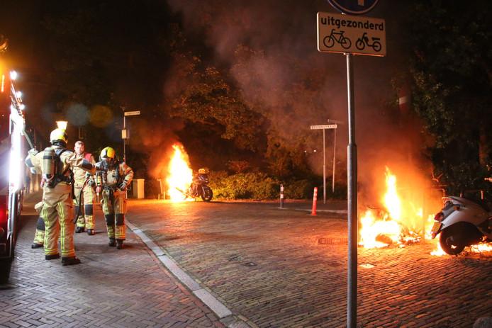 Een motor en een scooter zijn vannacht in brand gestoken op het Oosteinde in Delft.