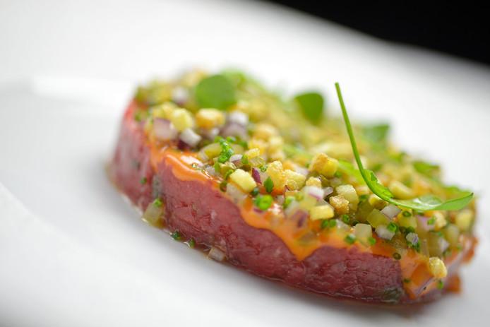 Het voorgerecht van chef-kok Jarno Eggen van De Groene Lantaarn in Zuidwolde: Filet Americain met pikante paprika, uitjes en augurk.