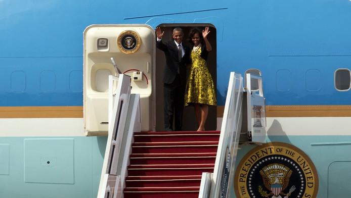 Obama en zijn vrouw Michelle bij hun vertrek uit Senegal vandaag.