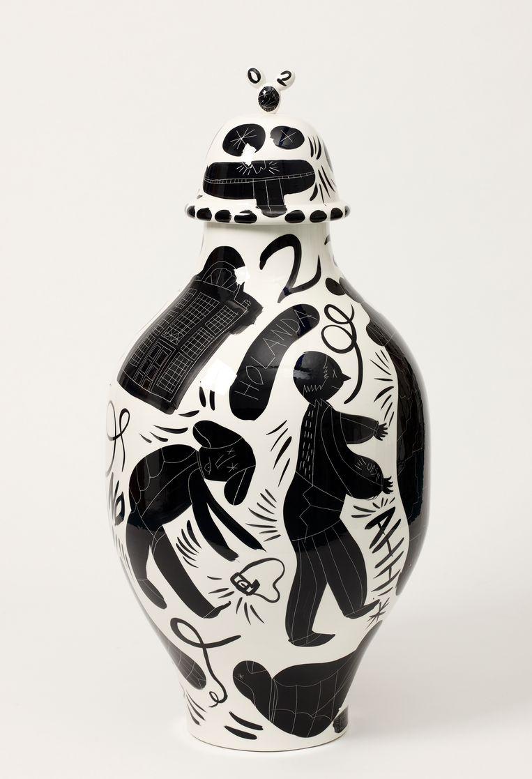De nieuw ontworpen vaas, met daarop de afbeelding van een man met een camera die een vaas omstoot.  Beeld Marten de Leeuw