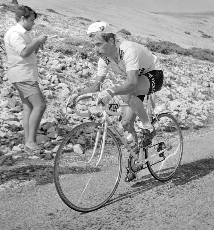 Tommy Simpson op 13 juli 1967, luttele minuten voordat hij op de Mont Ventoux van zijn fiets zal vallen en overlijdt.