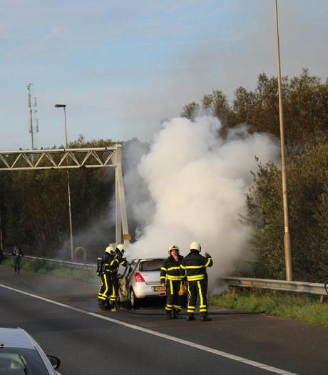 Auto vat vlam op A27