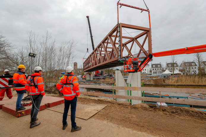 De plaatsing van de brug over het Wilhelminakanaal in Oirschot. De brug kan bijna in gebruik worden genomen.