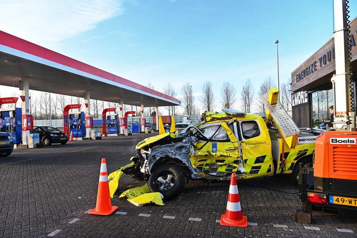 Deze auto werd in 2018 aangereden door een weggebruiker die een rood kruis negeerde. Bij de auto zijn ervaringen van weginspecteurs die dit tijdens hun werk meemaakten te beluisteren en te lezen.