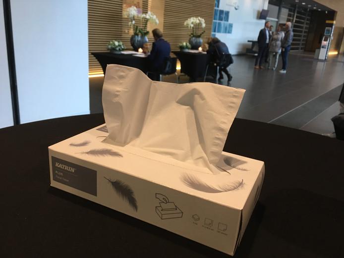 Tissues nabij de tafels waar mensen het condoleanceregister tekenen, in het gemeentehuis van Oss.