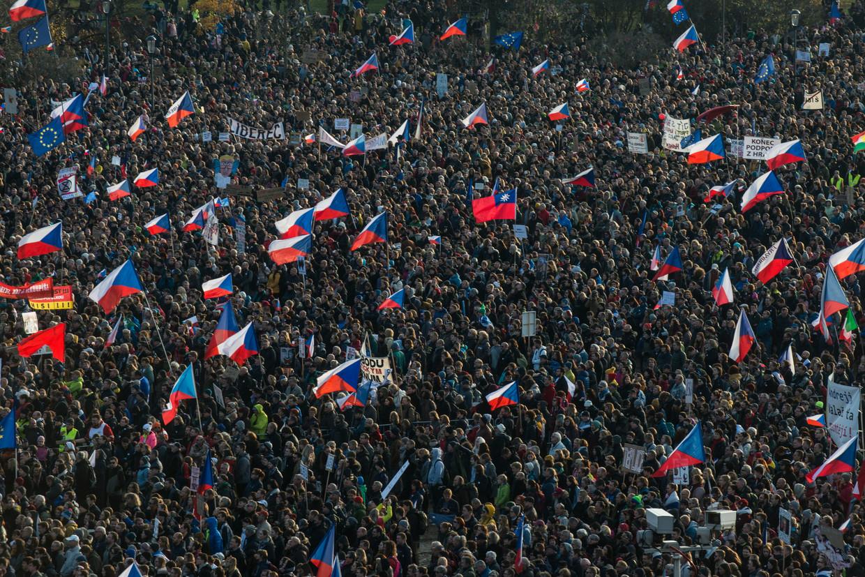 In Praag zijn 200.000 mensen de straat opgegaan om te demonstreren.