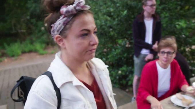 Frances wordt emotioneel bij bezoek aan rouwkamp