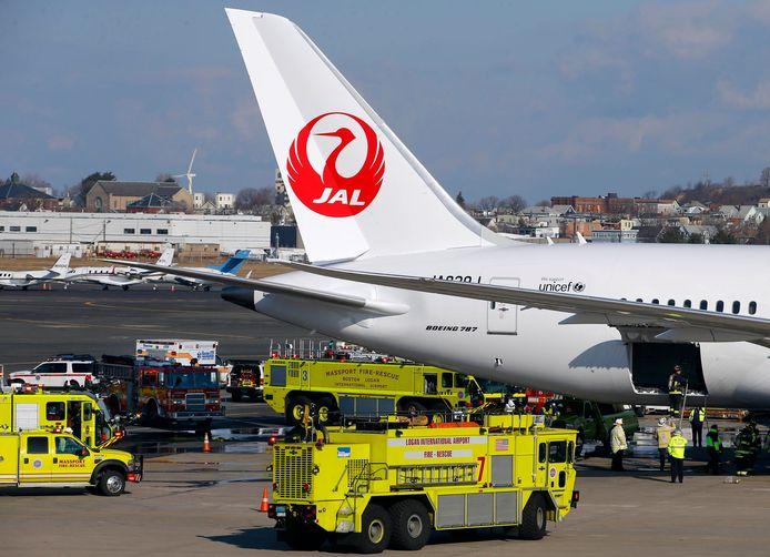 Brandweerwagens maandag op Logan International Airport in Boston nadat aan boord van een Boeing 787 van Japan Airlines brand is uitgebroken.